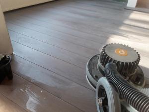 Vloer behandelen met witte olie